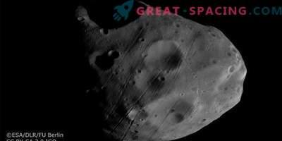 Mars Express betrachtet Satelliten vor dem Hintergrund der Saturnringe.