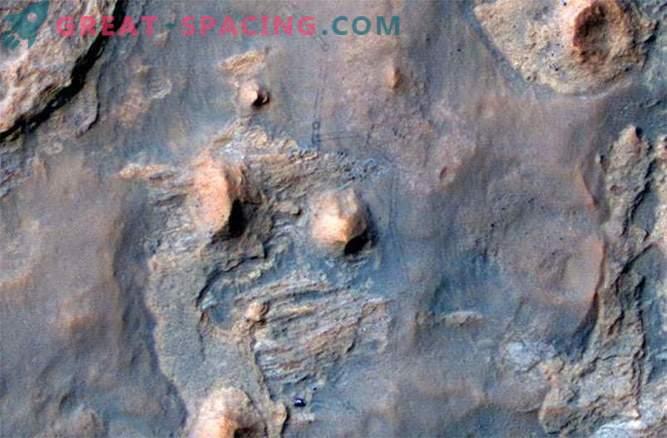 Die Arbeit des Curiosity Rover Roboters wird von seinem Freund und Kameraden Mars Reconnaissance Orbiter überwacht.