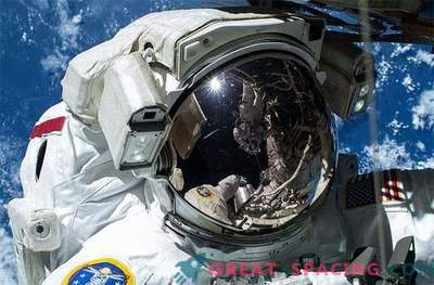 Es wurden Wasserlecks an Astronautenanzügen festgestellt.