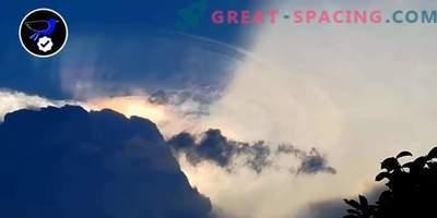 Ein riesiges außerirdisches Schiff versucht, sich in einer Wolke über den Philippinen zu verstecken.