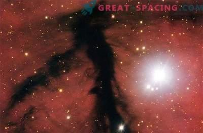 Eine kosmische Wolke aus gespenstisch schwarzem Rauch