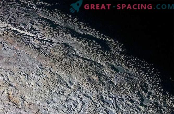 Die mysteriöse Tour durch Pluto: eine seltsame Landschaft, die an Schlangenhaut erinnert