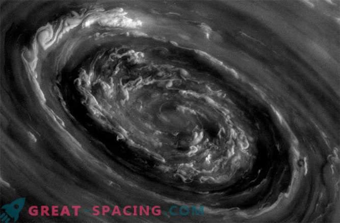 Gewitter auf dem Saturn können durch riesige polare Wirbelstürme verursacht werden.