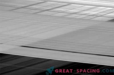 Пресичащите се пръстени на Сатурн скриват мъничката луна